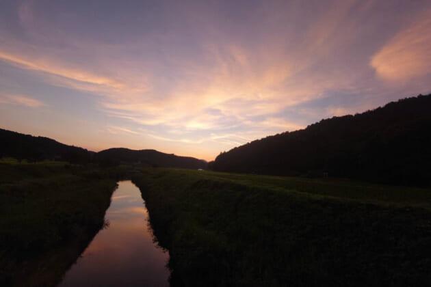 田園を照らして刻々と移り変わる〝夕日〟、名画のような日本の原風景を愛でる