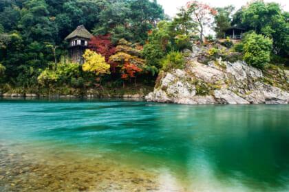 肱川の景勝地に臨む国の重要文化財〝臥龍山荘〟を貸切り、絶景を独占する