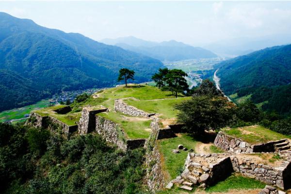 :別名〝虎臥城〟の威容を誇り、四季折々の自然と調和する日本屈指の石垣遺構1