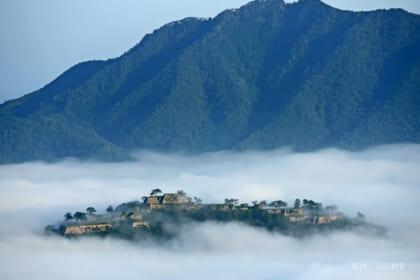 紅葉と雲海が重なる奇跡的な光景、天空の城〝竹田城跡〟の日の出に心が震える