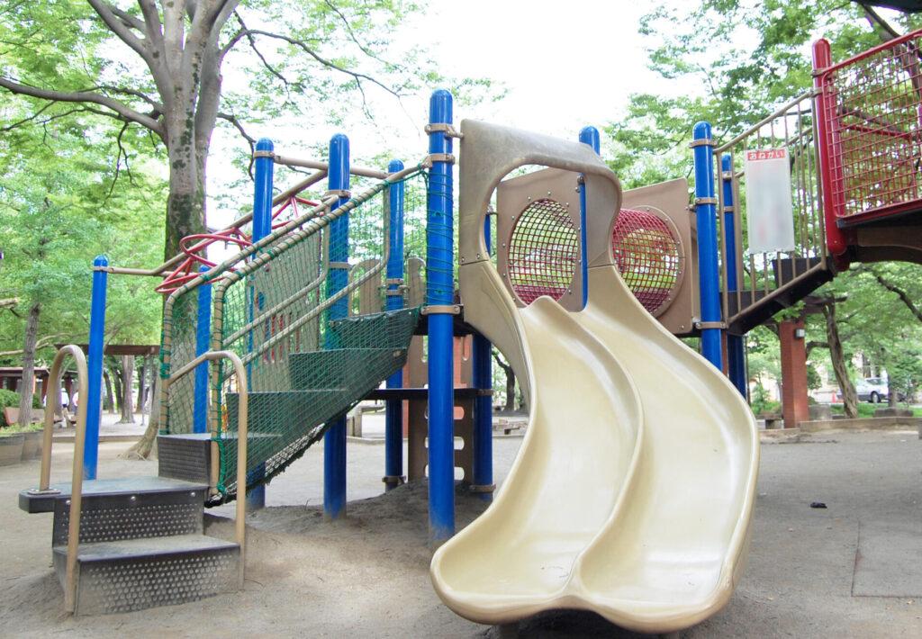 アスレチックのある公園の遊具