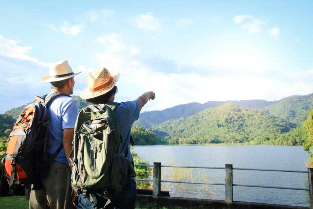 ハイキングを楽しむ観光客
